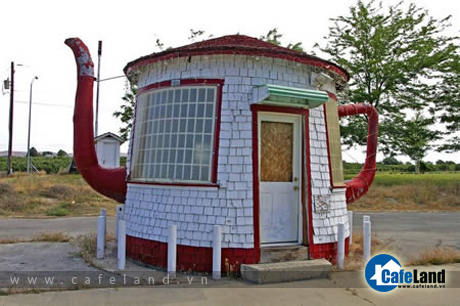 The Teapot Dome, in Zillah (WA, USA). It was built in 1922 as a reminder of the Teapot Dome Scandal involving President Warren G. Harding and a federal petroleum reserve in Wyoming.