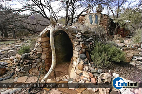 The Eliphante Art House, in Cornville (AZ, USA). Artist Michael Kahn and his wife Leda Livant built it from found materials piece by piece.