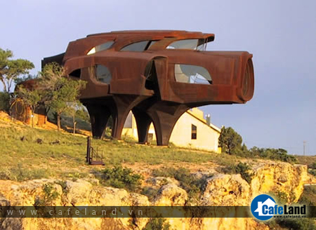 The Steel House, in Lubbock (Texas, USA). Architect and sculptor Robert Bruno spent 23 years building this strange home that looks like a giant pig out of 110 tons of steel.