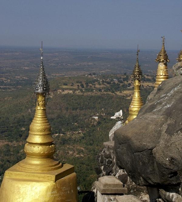Ngôi đền núi lửa cao ngút trời mây
