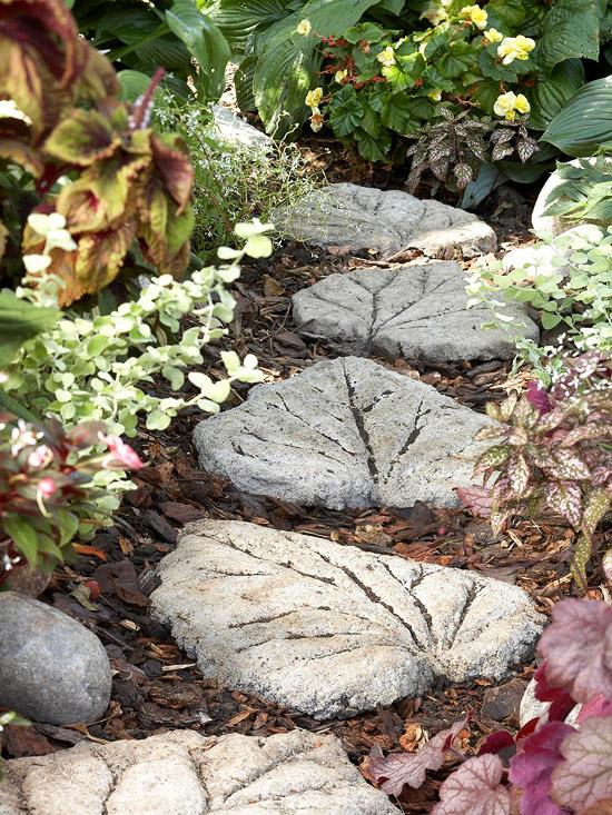 Sân vườn đẹp với vật trang trí làm từ bê tông