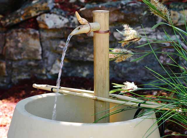 Vườn nhà yên bình với đài phun nước bằng treVườn nhà yên bình với đài phun nước bằng tre