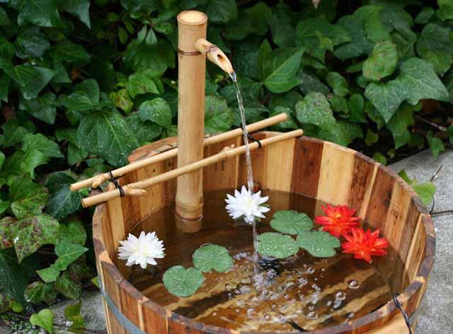 Vườn nhà yên bình với đài phun nước bằng tre