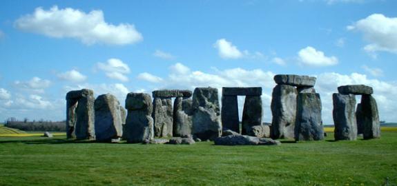 Xã hội nguyên thủy được chia làm ba giai đoạn: Thời kỳ đồ đá cũ, thời kỳ đồ đá mới và thời kỳ đồ đồng.