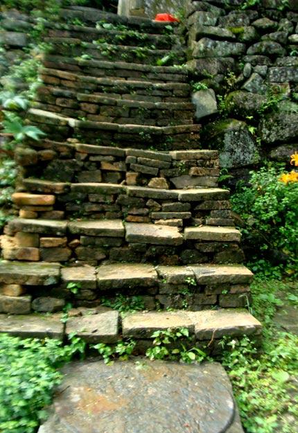 Tận thấy tháp mộ Trần Nhân Tông uy nghi trên đỉnh núi