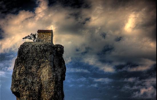 Nhà thờ vắt vẻo trên đỉnh cột đá
