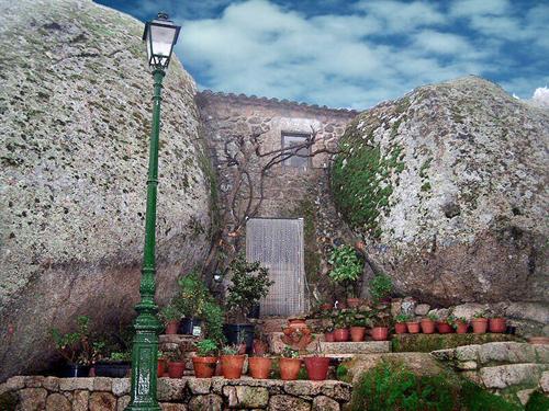 Ngôi làng ẩn mình trong đá