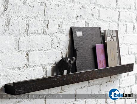 Chiếc kệ bằng gỗ công nghiệp, gồm hai thanh gắn với nhau. Chiều cao 5 cm, chiều sâu 8,5 cm