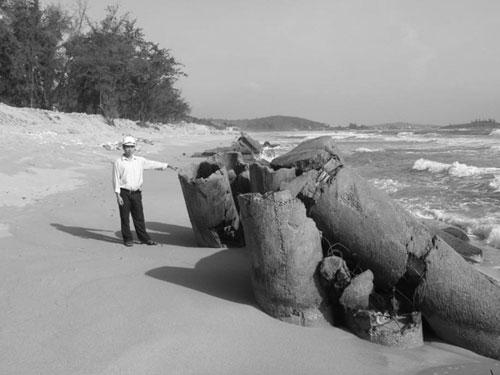 """Biển """"nuốt"""" khu du lịch"""
