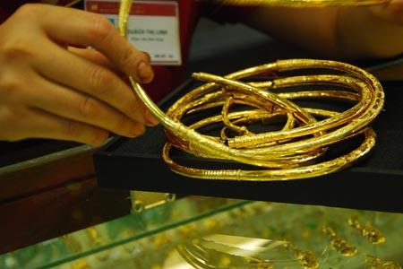 Giá vàng tăng mạnh, vượt 44,8 triệu đồng
