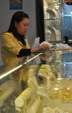 Giá vàng tiến sát 44 triệu đồng