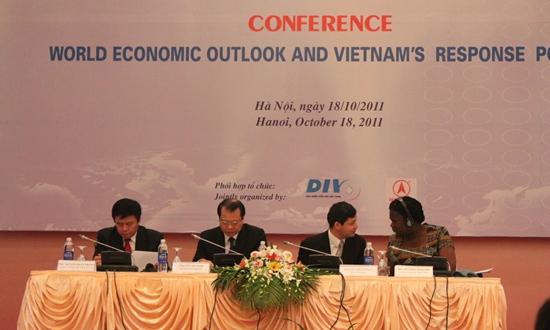 Trình bày tại Hội thảo Triển vọng kinh tế thế giới và chính sách ứng phó của Việt Nam sáng 18/10, TS Nguyễn Xuân Thành, Giám đốc Chính sách công, Chương trình giảm dạy kinh tế Fulbright (FETP), cho biết, hiện tỷ lệ nợ công/GDP của các nước đang phát triển và mới nổi có mức bình quân 39% vào cuối năm 2010.