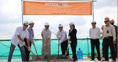 CafeLand – Vừa qua, Công ty Cổ phần Đầu tư Hạ tầng và Đô thị Dầu khí đã tổ chức lễ cất nóc công trình chung cư Petroland, tại khu dân cư Bình Trưng Đông, quận 2.