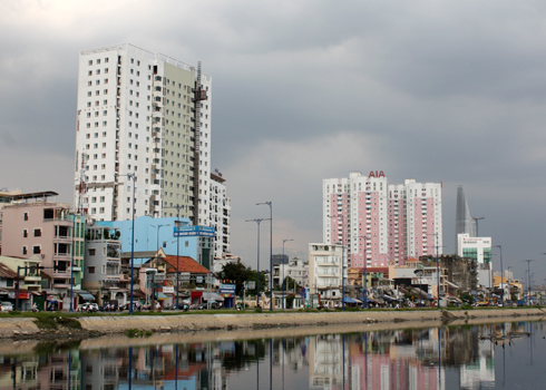 Từ năm 2006, Quỹ phát triển nhà ở (HOF) TP HCM bắt đầu triển khai chương trình cho công chức vay mua nhà lãi suất ưu đãi 9% một năm, thời hạn tối đa 15 năm với sự hỗ trợ nguồn vốn từ ngân sách thành phố. Đến ngày 20/10/2011, HOF đã giải ngân cho 840 hồ sơ khách hàng cá nhân với tổng số tiền hơn 230 tỷ đồng. Được vay từ chương trình này vào năm 2009, chị Nguyễn Thị Thanh Vân, làm việc ở Trung tâm giáo dục thường xuyên quận 2, chia sẻ với VnExpress.net: