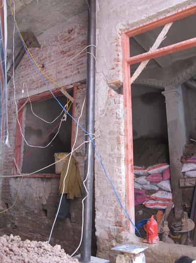 Nhà 5 tầng xây không phép bị nghiêng