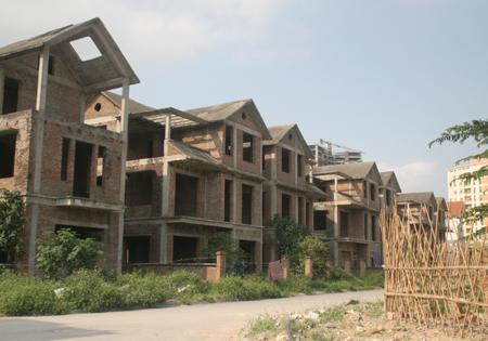 """Lãi suất cao, vì sao lĩnh vực bất động sản vẫn """"hút"""" vốn ngân hàng?"""