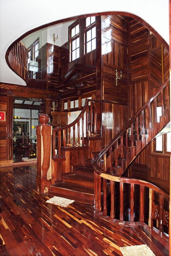 Choáng ngợp với biệt thự gỗ của Hoàng Mập