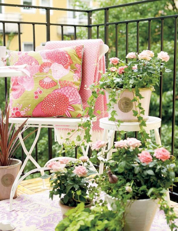 Ban công đầy hoa và nắng