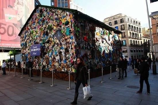 Khách sạn làm từ rác thải quá độc giữa thành phố