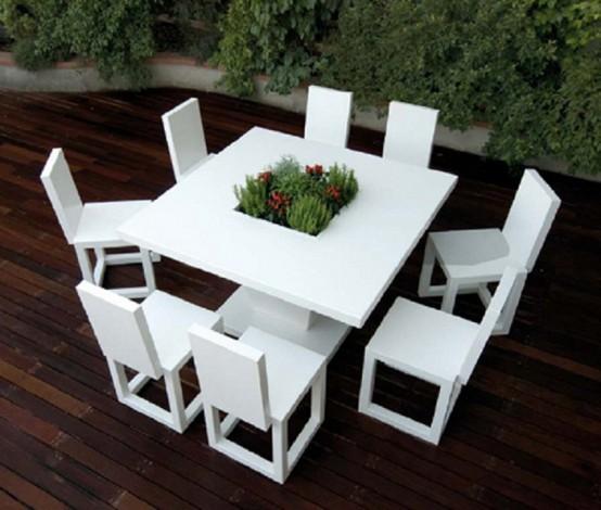 Khu vườn ấn tượng với bàn ghế nhôm sơn trắng