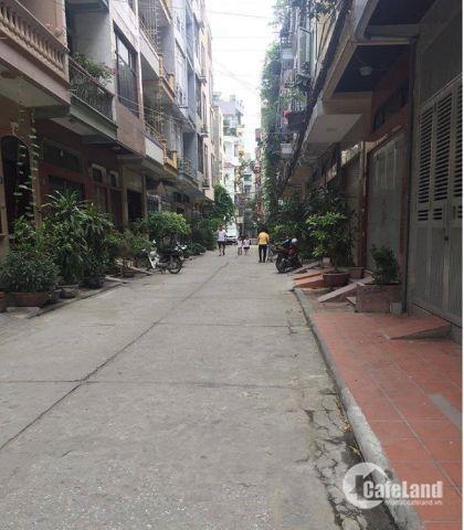 Cần bán gấp nhà phân lô Duy Tân gara ô tô full nội thất ngõ 5m