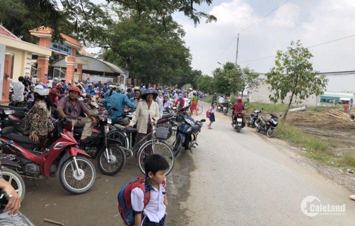 Cần tiền sang lại lô đất ngay Chợ Rạch Kiến 900triệu đối diện trường tiểu học Long Hòa.