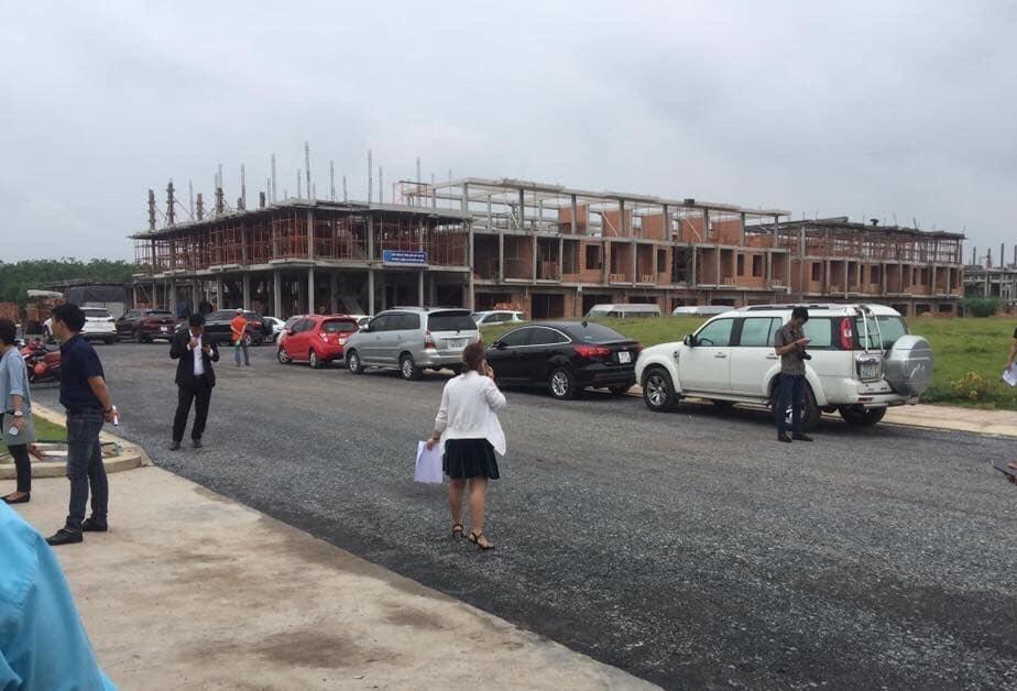 Bán nhà phố mặt tiền đường QL 1A sát ngã ba Trà Cổ sổ riêng từng căn