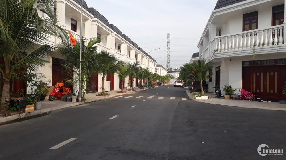 Nhà phố xây sẵn trong khu biệt lập Dĩ An, Bình Dương.