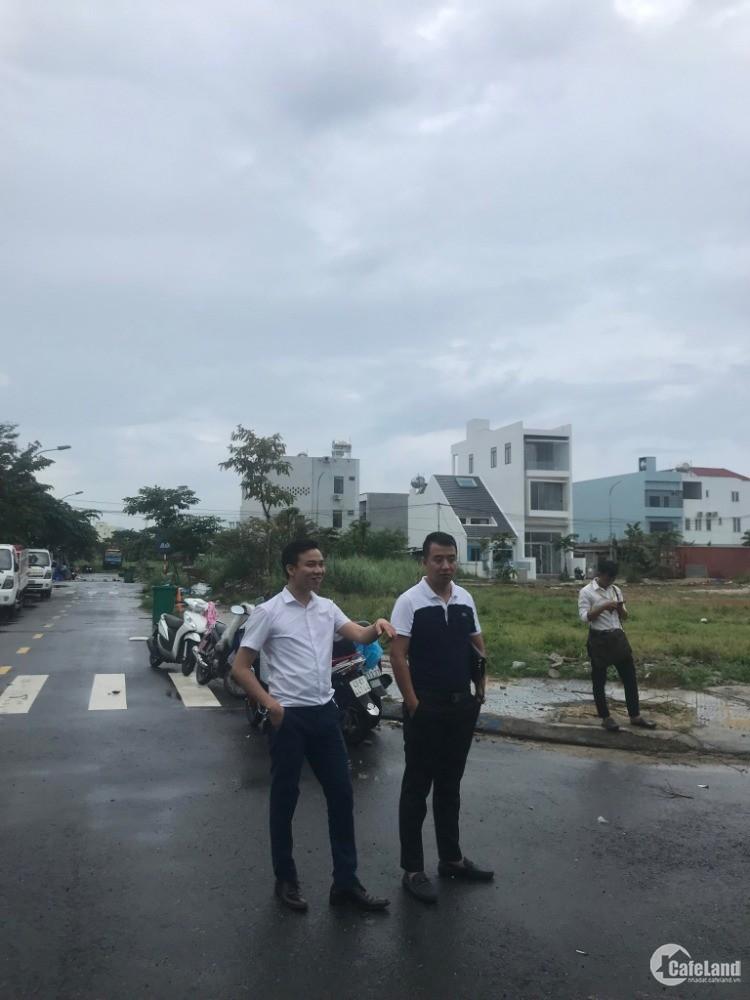 Đất cách bãi tắm biển Nguyễn Tất Thành tầm 300m.