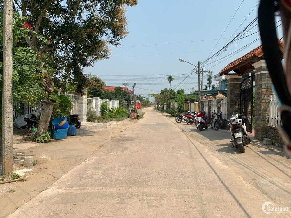 Trung tâm dân cư, Gần trường học, Đương rộng ô tô, có lề và đèn đường