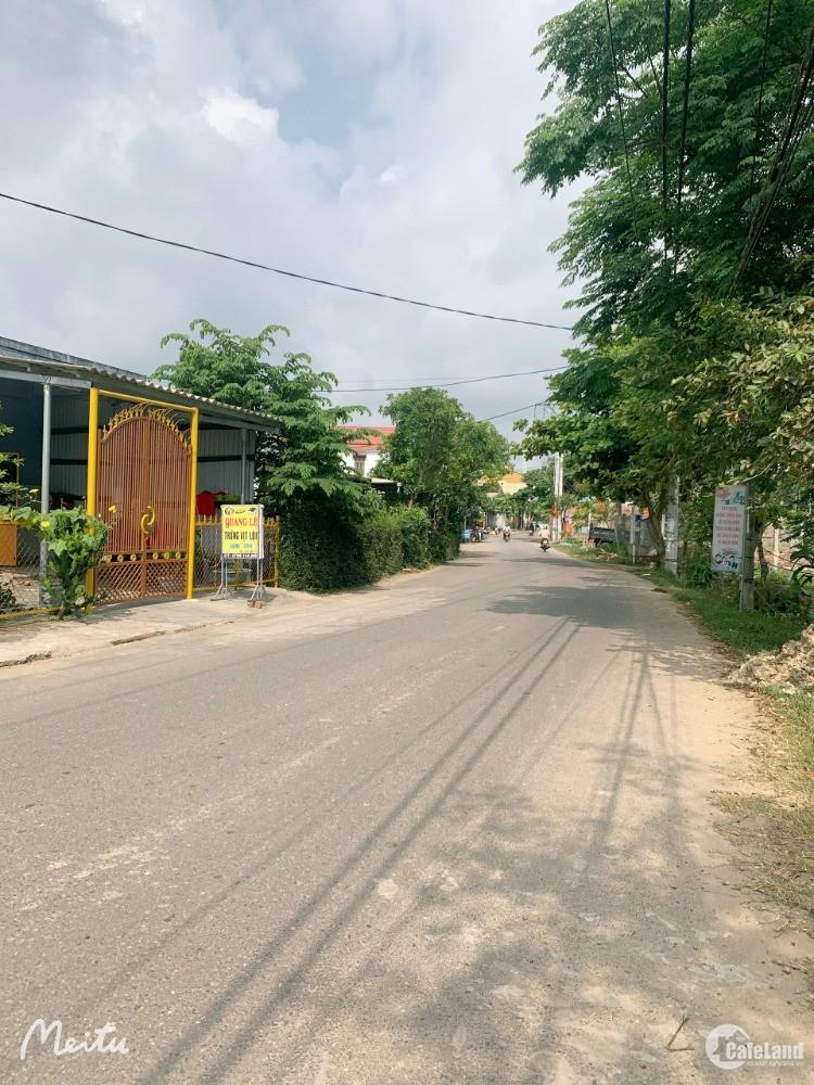 Gần chợ lệ trạch, Đường lớn có lề cống và đèn đường