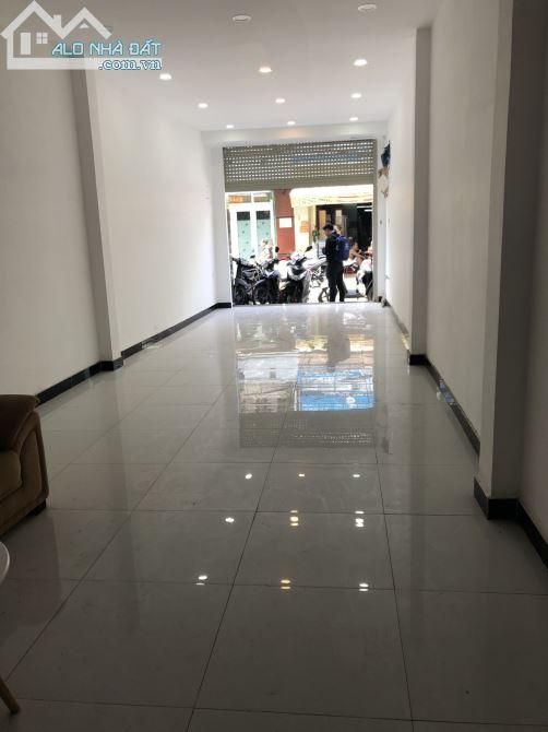Cho thuê nhà Mặt Tiền 120 Bà Hạt phường 9 quận 10. Đoạn Nguyễn Tri Phương đi qua Ngô Gia T